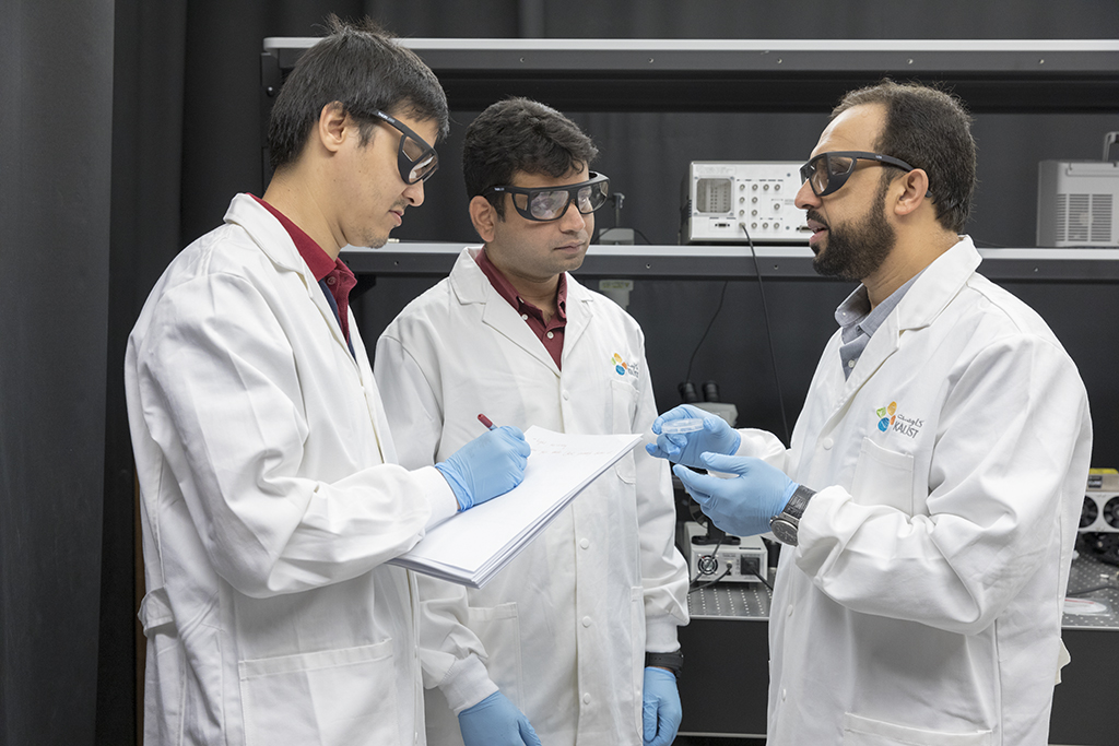 The researchers discuss the nanoscale overlap of the two antenna arms (from left to right: Azat Meredov, Gaurav Jayaswal, and Prof. Atif Shamim).