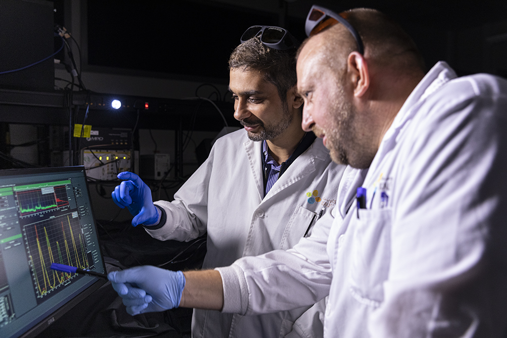 Maged Serag (left) and Hubert Piwoński discuss the results of their single-molecule fluorescence microscopy.