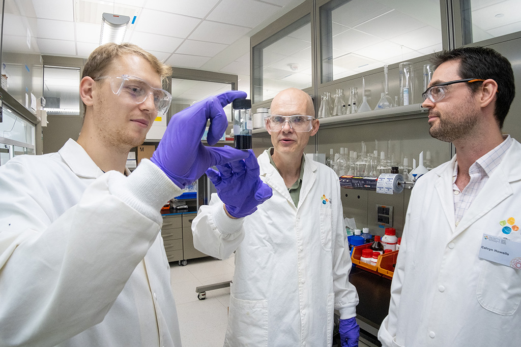 (l-r) Jan Kosco, Iain McCulloch and Calvyn Howells discuss the potential of their hydrogen evolution photocatalyst.